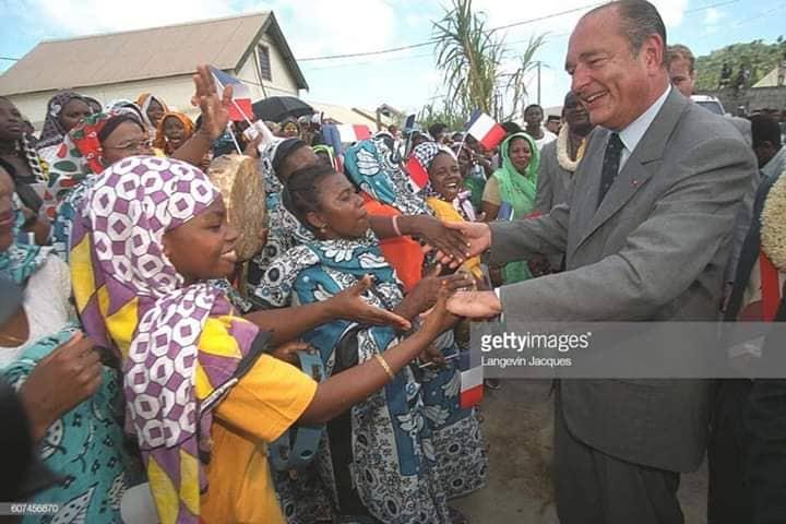 Jacques Chirac, bain de foule en mars 2001 à Acoua, photo Internet